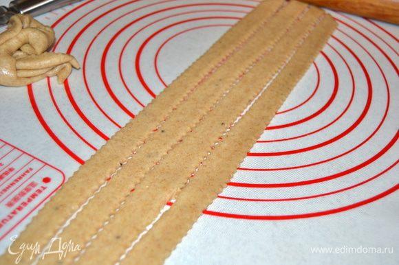 Раскатать оставшееся тесто и нарезать полоски.