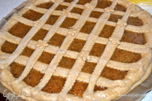 Выкладываем полоски на пирог. Стараемся чтобы бортик и решетка хорошо скрепились, во избежании вытекания начинки. Накрыть полотенцем и дать пирогу отдохнуть минут 30. Затем смазать поверхность белком.