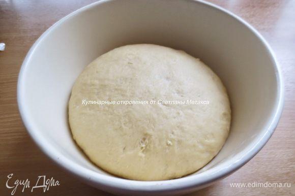 После того как тесто увеличиться в объеме в два раза, его нужно обмять и лучше оставить еще на 30 минут/