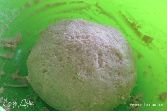 Скатываем тесто в шар, накрываем полотенцем и оставляем на полтора часа отдохнуть.
