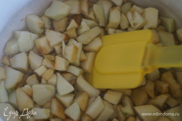 Положить яблоки в чашу в которой будет потом вариться конфитюр, добавить лимонный сок, тертый имбирь и засыпать сахаром. Перемешать и оставить настаиваться на всю ночь, можно и дольше. Затем варенье поставить на огонь и варить помешивая на среднем огне 20-25 минут.