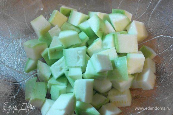 Режем все овощи на крупные куски (лук лучше резать на дольки, а не кольцами).
