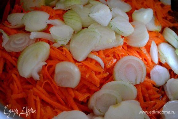 Нарезаем лук, натираем крупно морковь. Примерно 30 минут тушим их в посуде с толстым дном в растительном масле.