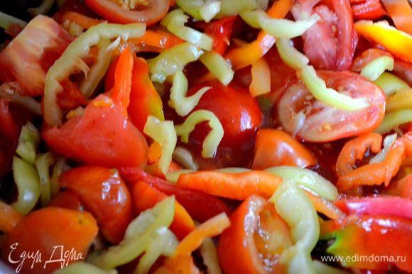 Нарезаем помидоры и перец, добавляем к луку с морковью.