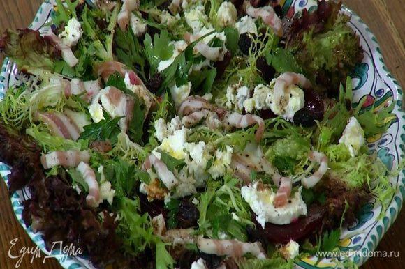 Сверху на салат посыпать изюмом и разложить сало, порезанное тонкими полосками.