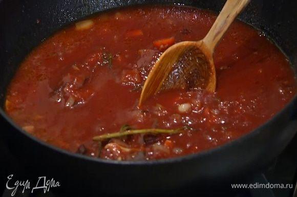 Когда лук и морковь станут золотистыми и мягкими, вложить к ним томатную пасту, все перемешать, затем добавить протертые помидоры, влить процеженный маринад, так чтобы грудки были покрыты жидкостью, и тушить их на медленном огне под крышкой.