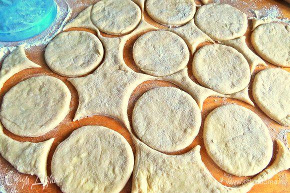 Достаём тесто и присыпаем на доску пару ложек муки, так как тесто липкое и нежное! Вырезаем кружочки шире, чем стакан, но меньше блюдца.