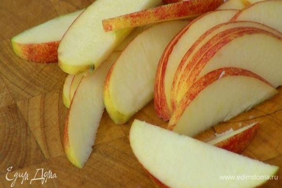 Яблоки, удалив сердцевину, нарезать ломтиками толщиной 2 мм.