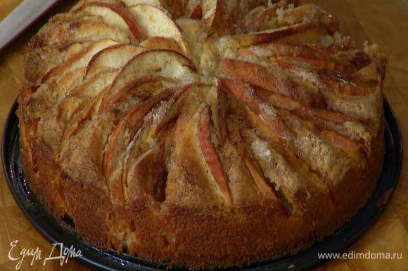 Выпекать пирог в разогретой духовке 30 минут, затем слегка остудить и вынуть из формы.