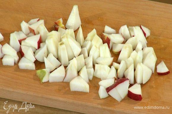 Яблоко, удалив сердцевину, порезать маленькими кусочками.