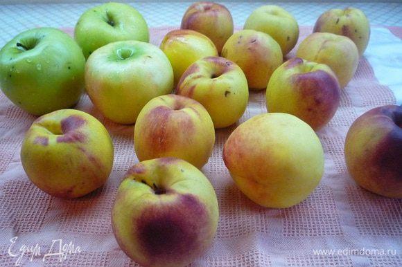 Персики и яблоки промыть, очистить от косточек и кожуры, нарезать дольками. Из лимона выжать сок, срезать цедру.