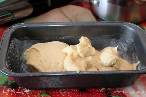 """Смазать прямоугольную форму диаметром 21х9х6 см небольшим количеством сливочного масла, """"припудрить"""" слегка мукой (излишки муки обязательно стряхните)."""