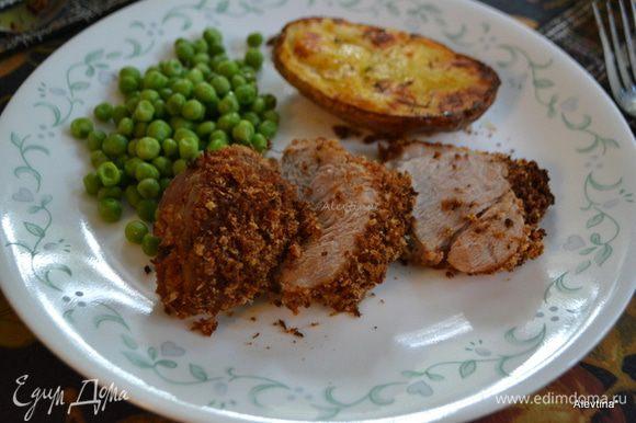 Дать постоять после духовки. Выложить на разделочную доску и порезать на порции. Подаем к столу с овощным гарниром. Приятного аппетита.