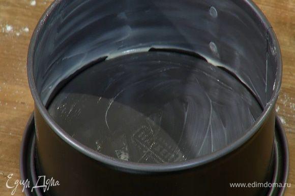 Небольшую разъемную форму для выпечки смазать оставшимся сливочным маслом.
