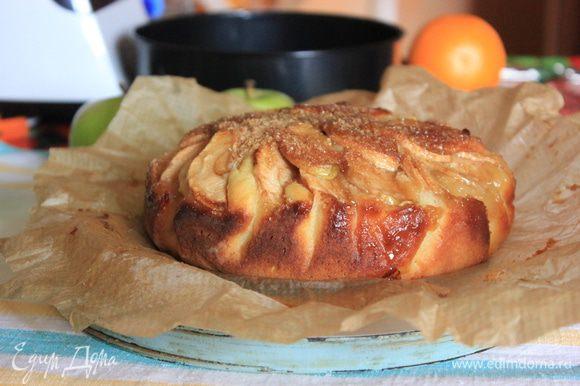 Выпекать пирог в предварительно разогретой до 170 градусов духовке около 45 минут до золотистой корочки. Готовность проверить зубочисткой – она должна оставаться сухой. Вынуть пирог из духовки и дать ему остыть.
