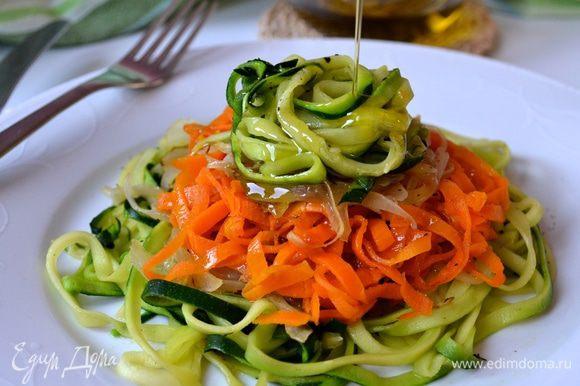 Сдобрить по желанию оливковым маслом и поперчить по вкусу!
