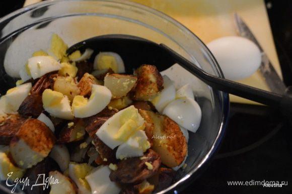 Порезать готовый картофель кубиками. Затем яйца, лук, огурцы. Добавить протертый сыр Чеддер. Перемешать.