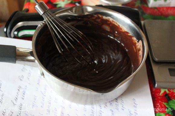 Ганаш. Шоколад растопить. Сливки нагреть с щепоткой соли и ванильным экстрактом, почти доведя до кипения. Горячую жидкость вылить в растопленный шоколад в несколько приемов, хорошо перемешивая каждый раз. В конце пробить блендером. Разделить на две части: первая пойдет в начинку, вторая на поверхность готового пирога.