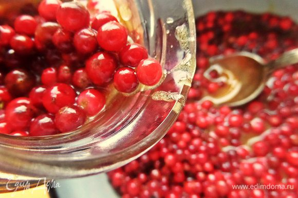 Теперь раскладываем вкуснятину по тем чистым баночкам, в которых и отмеряли ягоду! Слегка ягоду нужно утопить в меду.