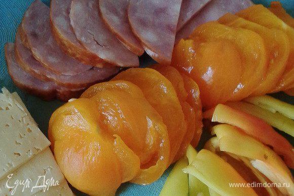 Тем временем нарезать все овощи и ветчину (можно готовое куриное филе)на пластинки. По истечении времени баклажаны чуть отжать и при желании чуть промыть от лишней соли.