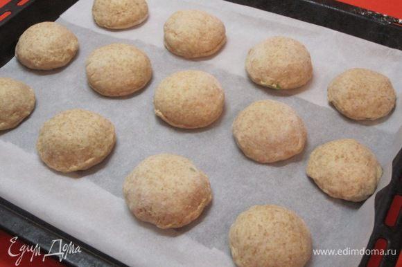 Выложить пирожки на противень, выстланный бумагой для выпечки. Оставить на 30 минут.