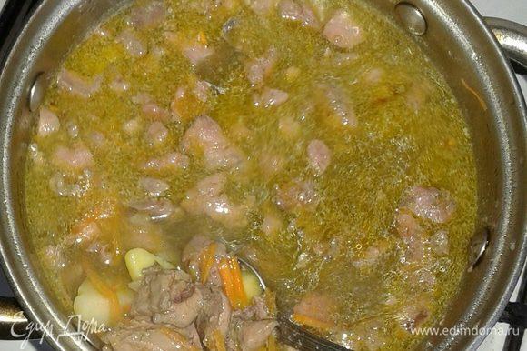 Одновременно добавляем вермишель и обжаренную с овощами печень в бульон и готовим еще минут 5- 7. Подаем, посыпав зеленью! Приятного аппетита! Вкусно, просто, полезно и диетично!