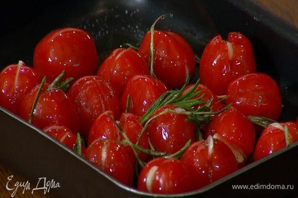 Выложить помидоры в небольшой противень, посыпать листьями розмарина, посолить, поперчить и полить оливковым маслом.