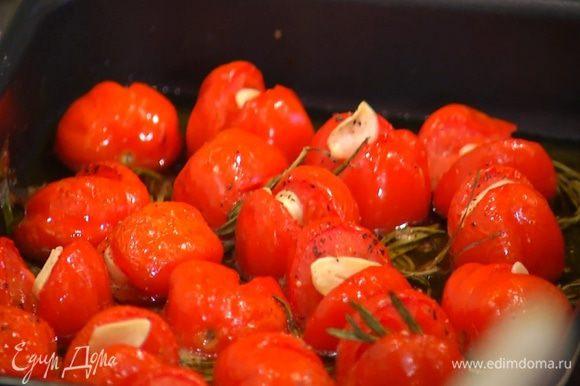 Понизить температуру в духовке до 140°С и томить помидоры час-полтора (чем крупнее помидоры, тем дольше), затем остудить.