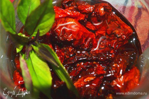 Затем перекладываем наши вяленые помидорчики в банки, добавляем специи, раздавленный зубчик чеснока и заливаем оливковым маслом. Хранить в прохладном темном месте (знаю, что недолго :-)). Приятного аппетита!