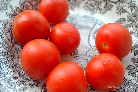 Второй наш полезнейший овощ - помидор. Моем плоды.