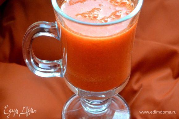 Выдавливаем в соковыжималке сок из моркови и мандаринов. Добавляем в коктейль минеральную воду, на кончике ножа кладем имбирь и корицу.