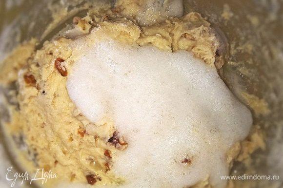 Постепенно всыпаем муку в сметано-желтковую массу и перемешиваем до однородности. Тесто получается достаточно густым и вязким. Затем аккуратно вводим взбитые белки.