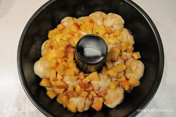 А затем выложить кусочки персика. Накрыть форму пленкой и отправить в теплое место на повторную расстойку на 35 минут.