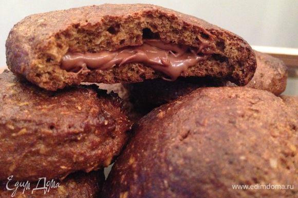 Печеньки получаются мягкими. Их можно есть так или разрезать посередине и смазать по желанию (шоколадная паста, сгущенка, варенье и т.п).