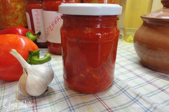 Добавляем эту смесь к кипящему перцу и варим еще 15 минут. В конце варки добавляем яблочный уксус и разливаем лютеницу по горячим банкам и закатываем крышками.