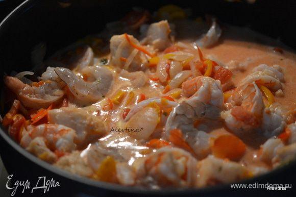 Добавить маринованные креветки с рыбой и готовить до готовности рыбы и креветок. Перед подачей посыпать зеленым порезанным луком.
