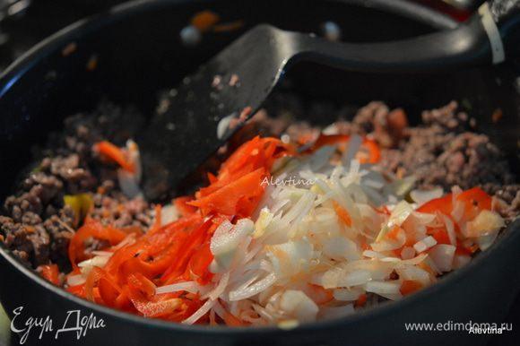 Добавить нарезанный лук, очищенный и нарезанный сладкий перец, чеснок и соль. Готовить еще 10 мин, помешивая.