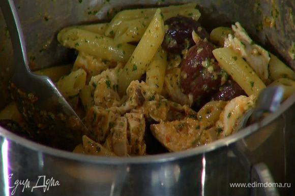 К горячим макаронам добавить куриную грудку, оливки, 2 ст. ложки соуса, влить немного воды, в которой варились макароны и все перемешать.