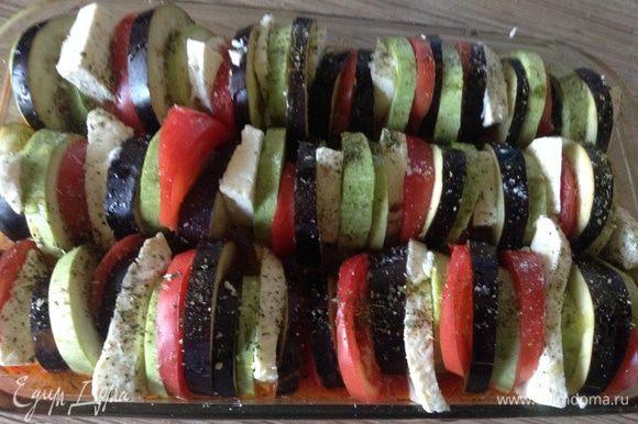 Овощи нарезать колечками, в форму вылить соус сложить попеременно овощи и переложить их сыром. Соус должен доходить до середины формы, если маловато, долить кипяченой воды. Сверху сбрызнуть оливковым маслом, немного присолить и посыпать травами. Накрыть фольгой или пергаментом и поставить в духовку при 190С на минут 40, снять фольгу уменьшить до 180С и запекать еще минут 15, чтобы овощи зарумянились. Приятного аппетита!