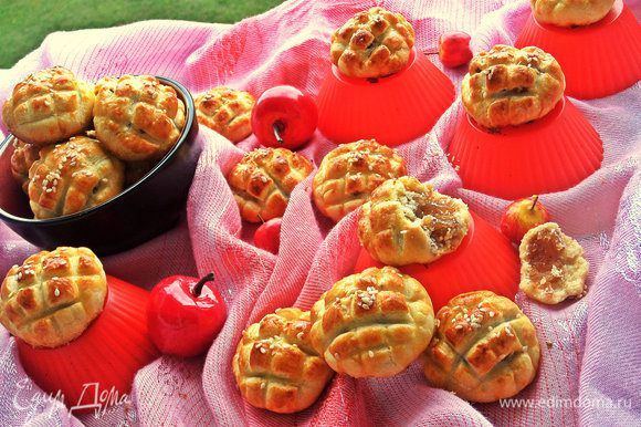 При остывании, конечно, печенье станет не таким крохким, но останется рассыпчатым и тающим во рту.