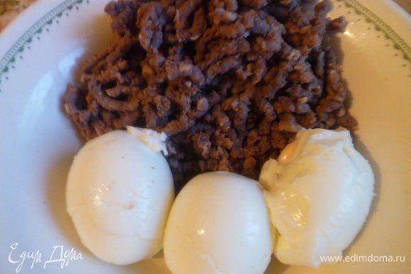 Для начинки у меня варенное мясо, перекрученное на мясорубке и 3 варенных яйца, которые затем нужно будет измельчить.
