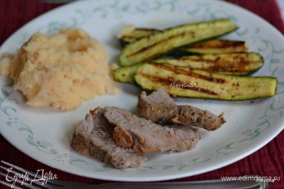 Подаем свинину с цукини и овощным гарниром по желанию. Приятного аппетита. Можно добавить и другие овощи, те, что любят ваши школьники.