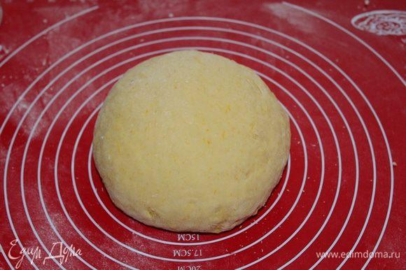 Добавить оставшуюся муку (у меня ушло на горсточку больше , чем в рецепте), замесить мягкое, приятное на ощупь тесто, оставить на 40 мин. в теплом месте.