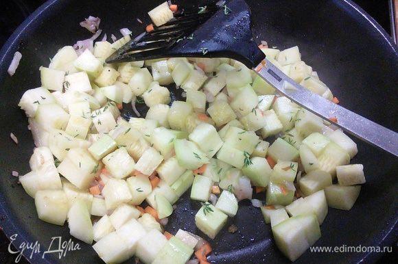 """Обжарим овощи, добавим орехи, тимьян, посолим и поперчим по вкусу. Овощи не пережарьте, должна остаться """"хрустинка""""."""