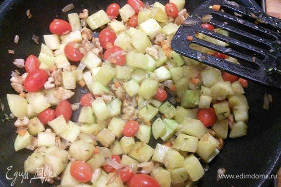 В конце добавим помидорки черри и потомим, чтобы помидорки треснули. Снимем с огня.