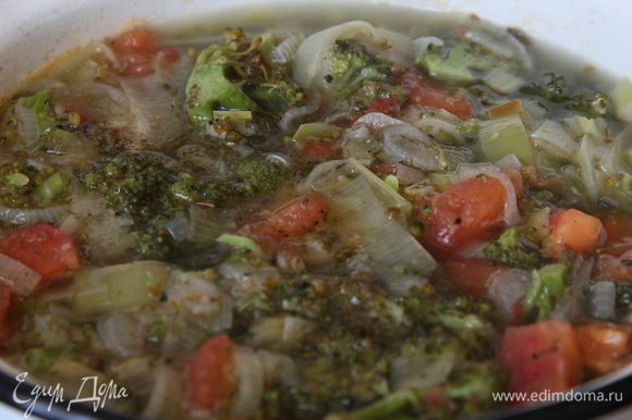 """Лук-порей нарезать полукольцами, брокколи разобрать на соцветия, крупные разрезать. На сковороде разогреть растительное масло и протушить 15 минут лук с брокколи. Воду наливаем в кастрюлю и ставим на огонь. Как только вода закипит - отправляем туда овощи. Готовим минут 5. Помидор очищаем от кожицы, нарезаем кубиком и добавляем к овощам. Готовим 5 минут. Добавляем майоран и выключаем огонь. Даем супу немного """"отдохнуть""""."""