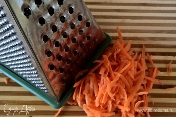 Натереть на крупной терке морковь среднего размера.