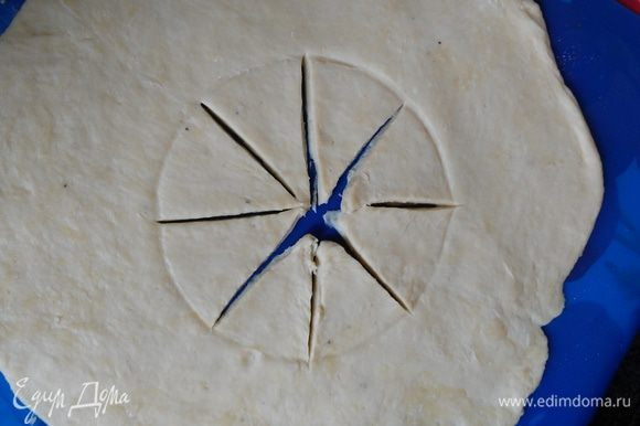В центр положить блюдце, придавить, чтобы остался след круга. Разрезать этот круг на 8 секторов.