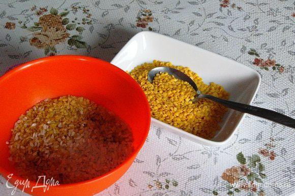 Пока будем чистить перцы, на 10 минут зальем рис и булгур кипятком. Не передержите, иначе крупа потом сильно разварится. Подготовим чечевицу.