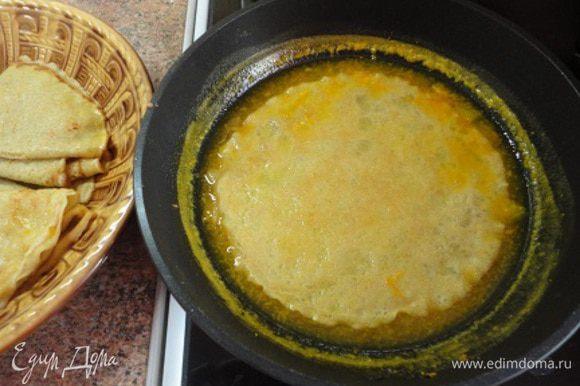 Каждый блинчик обмакнуть с двух сторон в карамели и свернуть вчетверо. Затем все блинчики выложить в эту же сковороду и прогреть 1 минутку. Подавать теплыми.